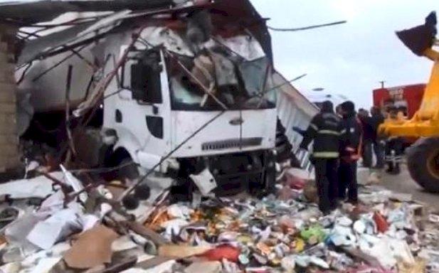 Urfa'da Tır Markete Daldı 4 Kişi Yaralandı